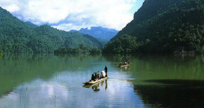 Rafting along the lake, Ba Be Lakes, Vietnam