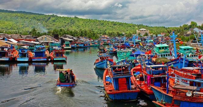 Ships sailing in Nha Trang bay, Nha Trang, Vietnam